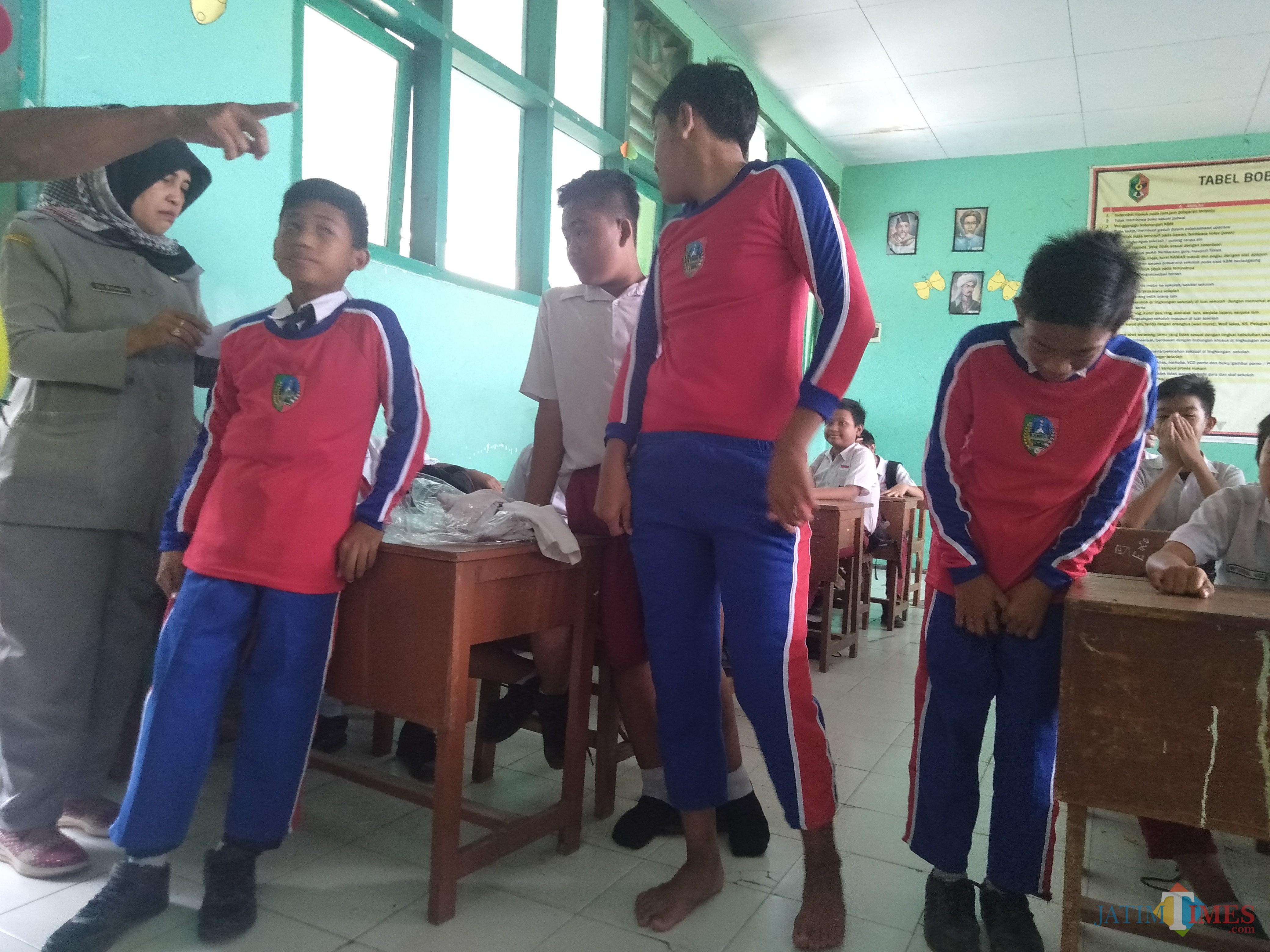 Kondisi seragam olahraga yang terlihat cingkrang saat dicoba oleh siswa di SMPN 6 Jombang. (Foto : Adi Rosul / JombangTIMES)