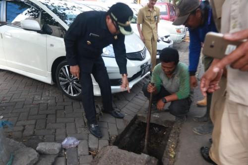 Wali Kota Malang Sutiaji saat memantau langsung avur drainase yang ditumpuki sampah (Humas Pemkot Malang for MalangTIMES).