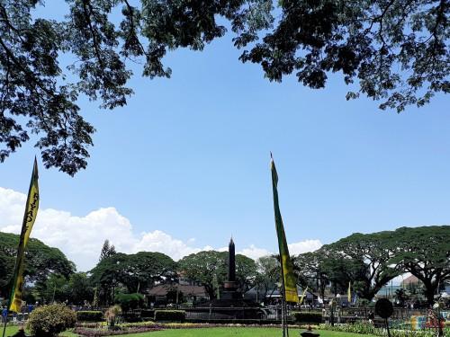 Cuaca cerah di kawasan Alun-Alun Tugu Kota Malang hari ini (Selasa, 5/11) (Arifina Cahyanti Firdausi/MalangTIMES)