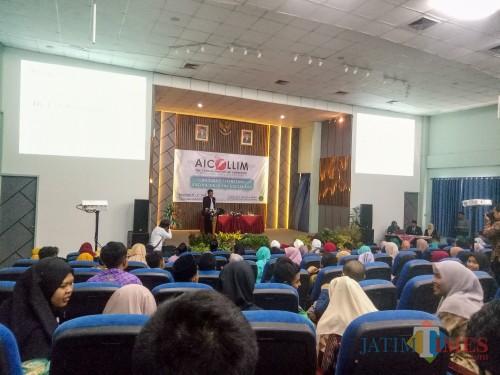 Wakil Rektor Bidang Kerjasama dan Pengembangan Lembaga UIN Malang, Dr Uril Bahruddin MA saat membuka gelaran AICOLLIM di Home Theatre Fakultas Humaniora. (Foto: Imarotul Izzah/MalangTIMES)