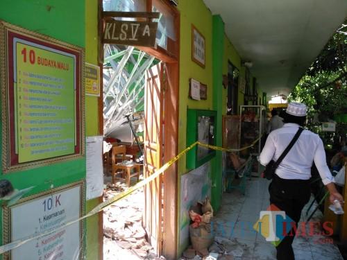 Gedung sekolah yang ambruk.