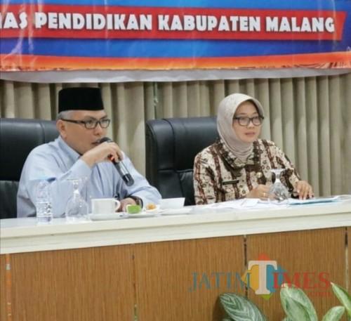 Kepala Dinas Pendidikan Kabupaten Malang Rachmat Hardijono (kiri) dalam suatu acara (Dinas Pendidikan for MalangTimes)