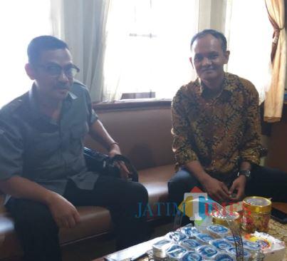 Kordiv PHL Bawaslu Kabupaten Blitar Priya Hari Santosa (kiri) berkoordinasi dengan Ketua KPU Kabupaten Blitar Hadi Santosa