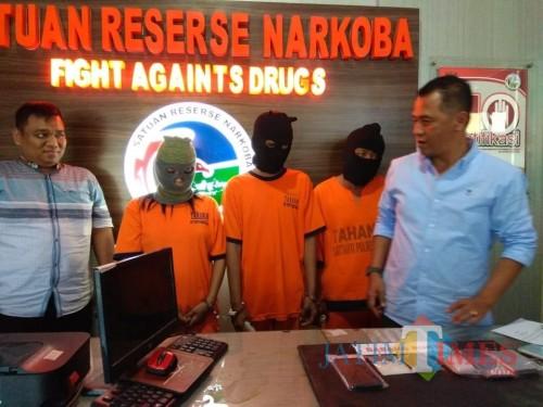 Tiga tersangka komplotan peredaran narkoba beserta barang bukti sabu-sabu saat sesi rilis di ruang Satreskoba Polres Malang (Foto : Ashaq Lupito / MalangTIMES)