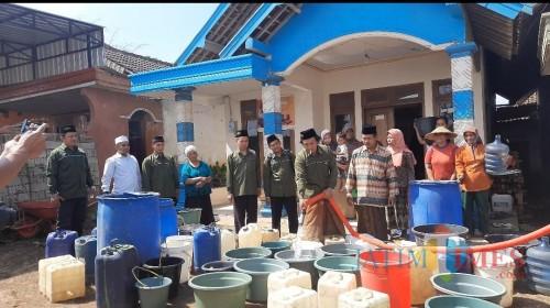 Penyaluran air bersih kerjasama PW ISNU Jatim dan PV ISNU Kabupaten Malang untuk warga kekeringan di Kabupaten Malang (Istimewa).