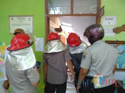 Petugas saat mengevakuasi korban gedung ambruk