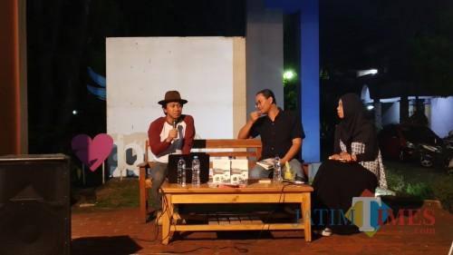 Sejarawan J.J. Rizal (kenakan topi), sosiolog Universitas Brawijaya Malang Anton Novenanto (tengah) dan Lyla Nur Ratri (kanan) dalam diskusi buku Mitos dari Lebak di Caffe Pustaka, Senin (4/11/2019). (Pipit Anggraeni/MalangTIMES).
