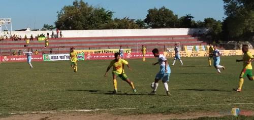 Pemain Perseta berebut bola dengan pemain dari Persikoba (foto : Joko Pramono/Jatim Times)
