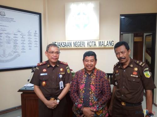 Dari kiri, Andi Dharmawangsa, Kejari Kota Malang yang baru, Amran Lakoni, mantan Kajari Kota Malang yang kini berpindah tugas ke Kejagung dan Kasubagbin, Heru  (Anggara Sudiongko/MalangTIMES)