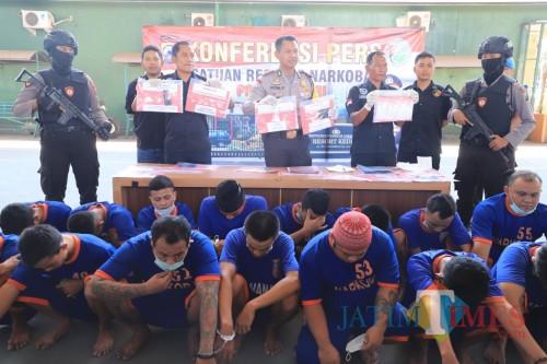 Dalam Satu Bulan, Satresnarkoba Polres Kediri Amankan 21 Pengedar LL dan Sabu-sabu. (Foto: Bambang Setioko/JatimTIMES)