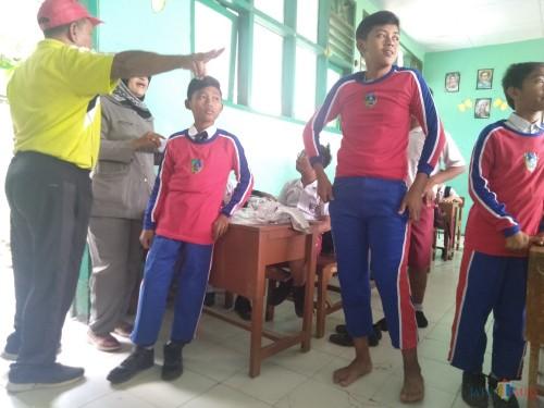 Sejumlah siswa di Jombang terlihat mengenakan seragam cingkrang pemberian Pemkab Jombang. (Foto : Adi Rosul / JombangTIMES)