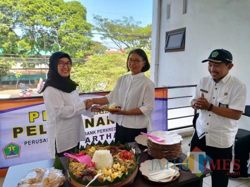 Direktur PD BPR Tugu Artha, Nyimas Nunin Anisah saat melakukan pembukaan kegiatan bersama perwakilan Dinas Perdagangan (istimewa)