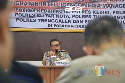 Kabid Humas Polda Jatim Kombespol Frans Barung Mangera saat membuka acara di Mapolresta Kediri. (eko Arif s /JatimTimes)