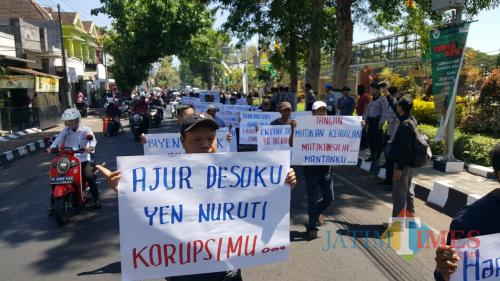 Puluhan warga Desa Banjarsari saat menggelar demo di depan kantor Pendopo Kabupaten Malang (Foto : Ashaq Lupito / MalangTIMES)