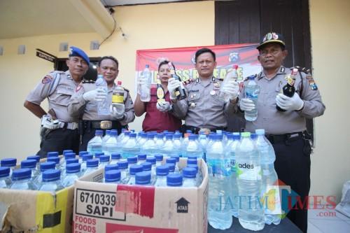 atusan botol miras jenis arak jowo dan 3 jiregen berisi miras arak jowo, Rabu (6/11) berhasil diamankan oleh Petugas Polsek Pare. (Foto: Istimewa)