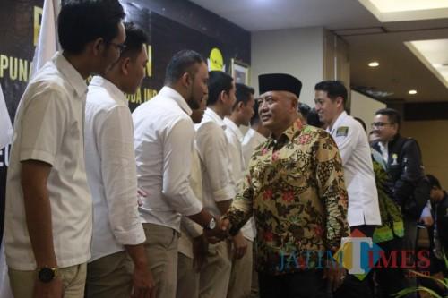Bupati Malang, HM. Sanusi saat memberi selamat usai pelantikan HIPMI Kabupaten Malang (HIPMI Kabupaten Malang for MalangTIMES)