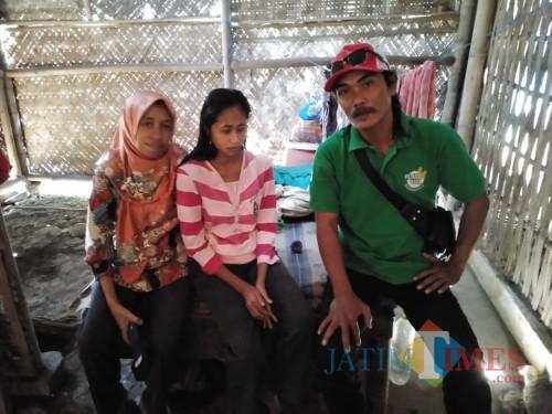 M. Ali Ridho dari Komunitas Askal ketika berada di rumah Siti (Foto : Moch. R. Abdul Fatah / Jatim TIMES)