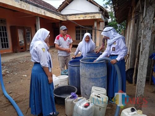 Para siswa menyalurkan air bersih ke penduduk (ist)