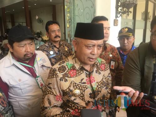 Bupati Malang HM Sanusi saat ditemui awak media terkait penjelasan pengentasan angka kemiskinan di Kabupaten Malang (Foto : Ashaq Lupito / MalangTIMES)
