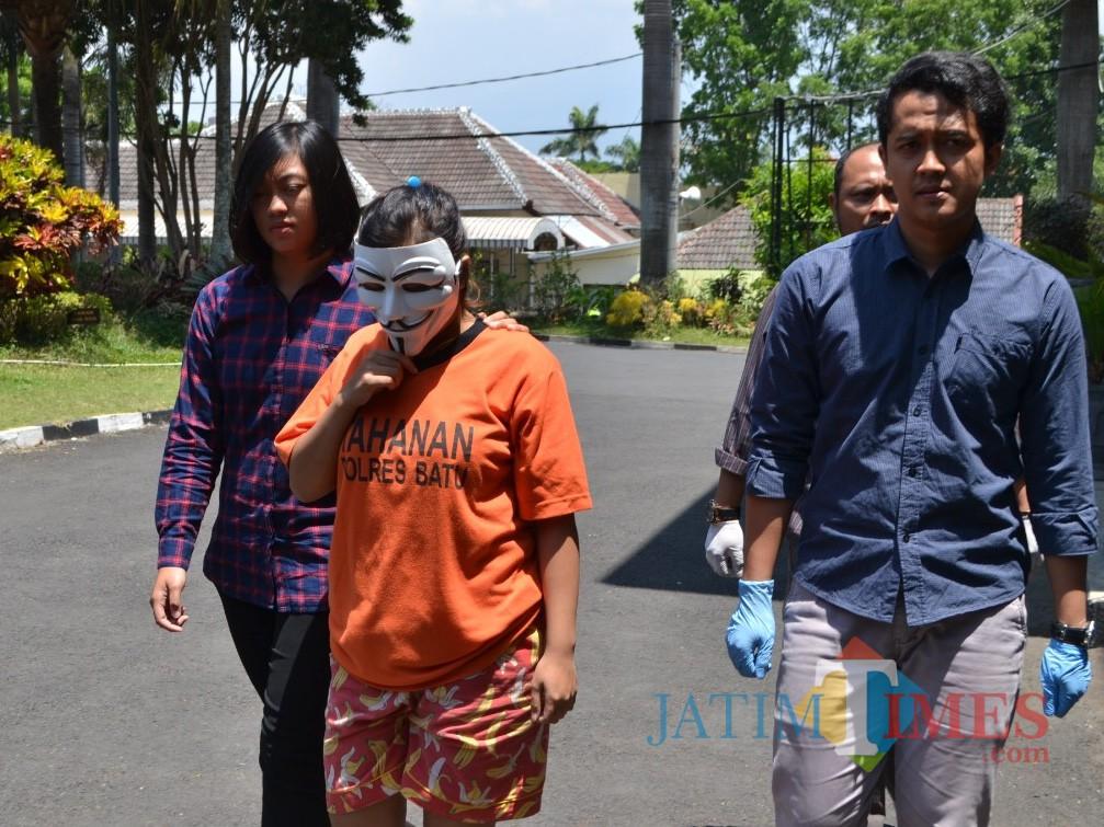 Tersangka R saat dibawa oleh petugas Polres Batu di Mapolres Batu, Kamis (7/11/2019). (Foto: Irsya Richa/MalangTIMES)