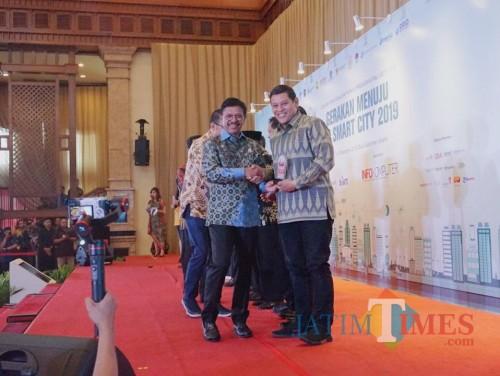 Walikota Kediri Abdullah Abu Bakar saat menerima penghargaan. (ist)