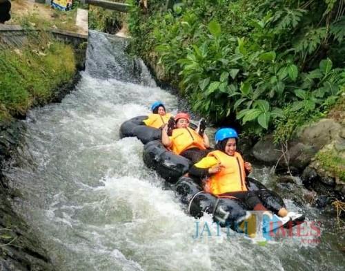 Wisata River Tubing di Wisuta Tangkil.(Foto : Malik Naharul/BlitarTIMES)