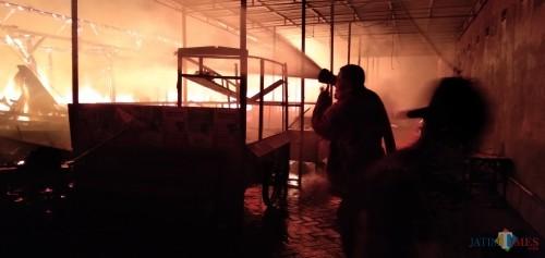Perugas damkar saat berusaha memadamkan api di dalam pasar Ngunut (Foto : Joko Pramono/Jatum Times)