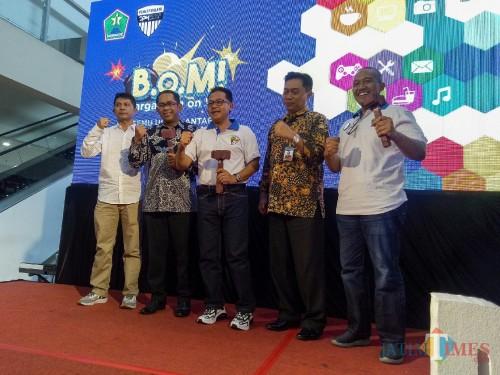 Wali Kota Malang Sutiaji (tengah), Kepala DPMPTSP Kota Malang, Erik Setyo Santoso (paling kanan) dalam pembukaan gelaran BOM. (Foto: Imarotul Izzah/MalangTIMES)