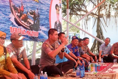Kapolres Jember AKBP. Alfian Nurrizal saat bertemu dengan nelayan di Puger (foto : R Ulum / JatimTIMES)