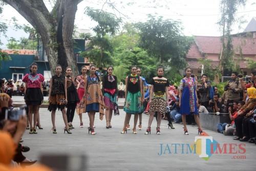 Para model saat melenggak lenggok dalam event Dhoho Street Fashion ke 4 para tahun lalu. (ist)
