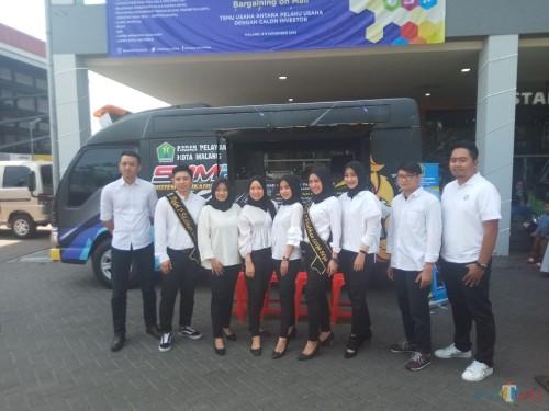 Staff BP2D membuka pelayanan di mal MCP dalam kegiatan Bargaining on Mall (BoM)(Anggara Sudiongko/MalangTIMES)