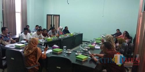 Suasana audiensi Komisi D DPRD Jombang dengan Disdikbud Jombang dan penyedia seragam. (Foto : Adi Rosul / JombangTIMES)