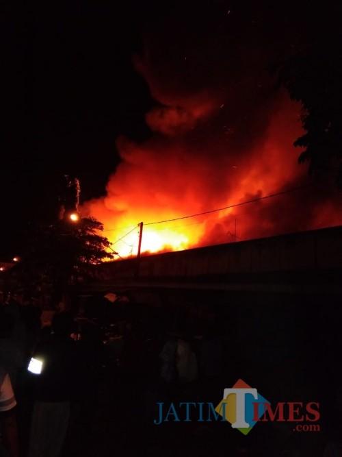 Tampak api membumbung ditengah pasar Ngunut yang terbakar / Foto : Eko / Tulungagung TIMES