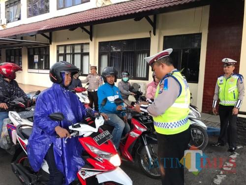 Petugas kepolisian saat melakukan razia terkait pengguna jalan yang melanggar lalu lintas (Foto : Dokumen MalangTIMES)