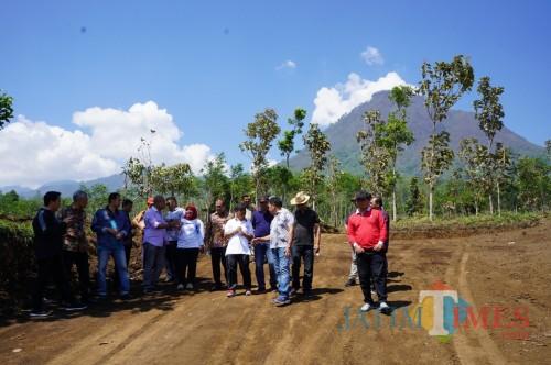 Wakil Wali Kota Batu Punjul Santoso bersama OPD, Pemdes saat mensurvei di Desa Oro-Oro Ombo, Kecamatan Batu.