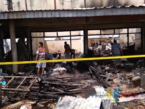 Beberapa pemilik kios sedang berupaya mencari sisa dagangan yang bisa diselamatkan pasca kebakaran / Foto : Eko / Tulungagung TIMES