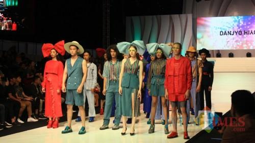 Busana Club Danjyo Hiyoji 18+ karya Danjyo Hiyoji di Malang Fashion Week, Sabtu malam (9/11) (Yogi Iqbal/MalangTIMES)