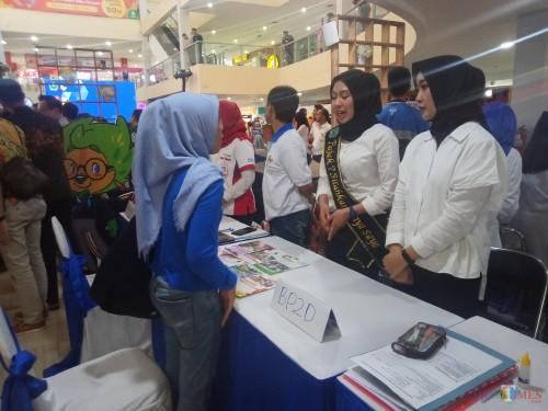 Staf BP2D saat melayani pengunjung yang ingin berkonsultasi perihal pajak (Anggara Sudiongko/MalangTIMES)