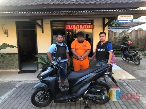 Tersangka Fahmi Wira Anggara (tengah) beserta barang hasil curian saat diamankan polisi. (Foto : Polsek Singosari for MalangTIMES)