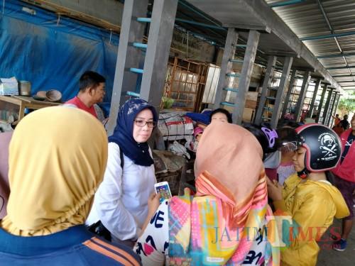 Kadisperindag dan Pasar Kabupaten Tulungagung saat mendengar keluhan pedagang Pasar Ngunut. (foto : Joko Pramono/Jatim Times)