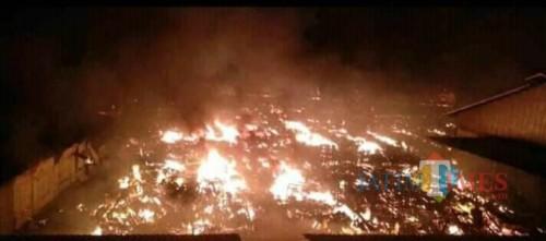 Pasar Ngunut saat api masih menyala. / Foto : Istimewa / Tulungagung TIMES