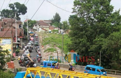 Kondisi lalu lintas di kawasan Jembatan Kedungkandang Kota Malang (Dokumentasi MalangTIMES).