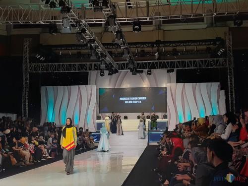 Fashion show dari Indonesian Fashion Chamber (IFC) Chapter Malang dalam gelaran Malamg Fashion Week, Sabtu malam (9/11) (Arifina Cahyanti Firdausi/MalangTIMES)
