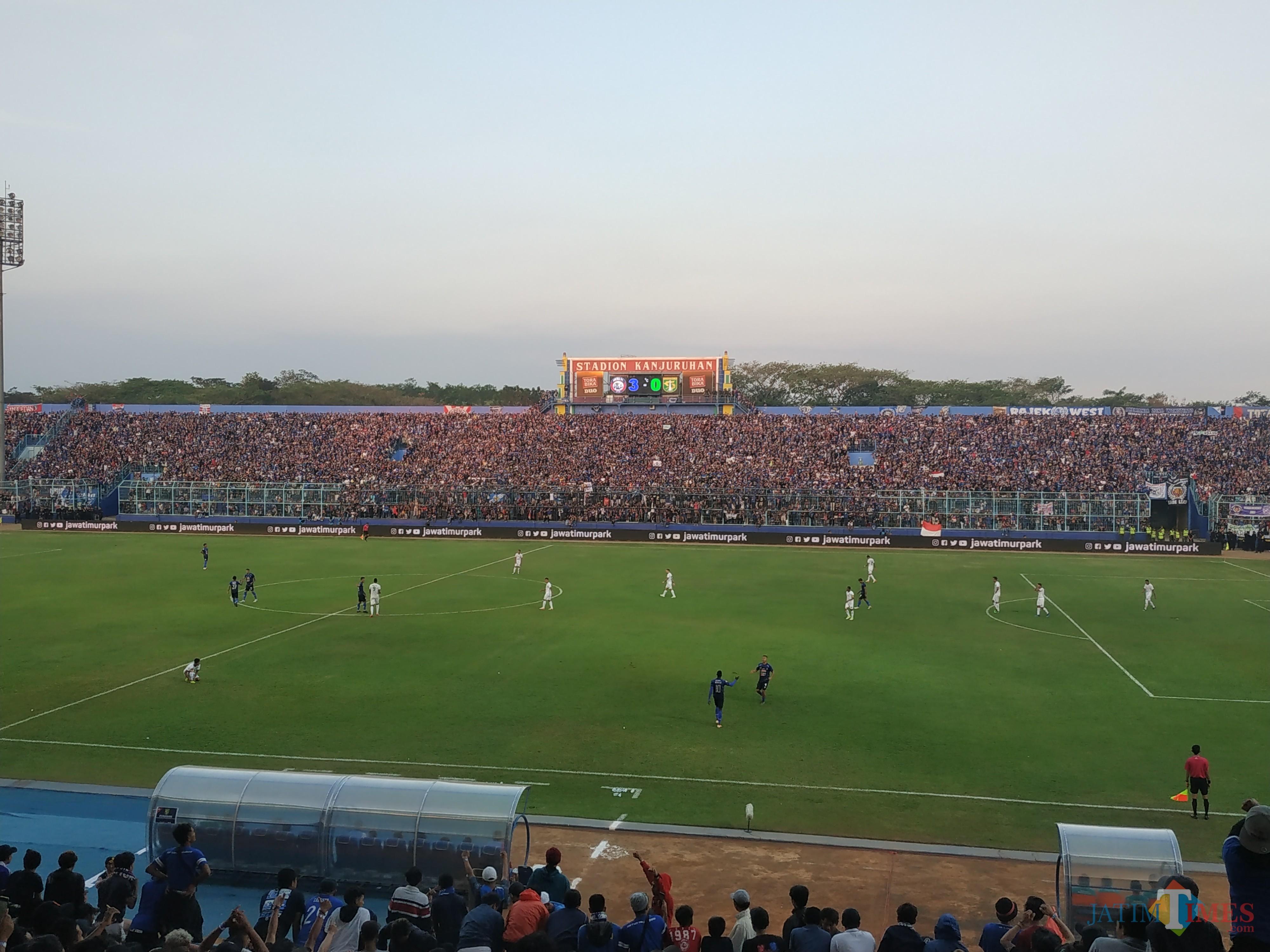 Aremania ketika mendukung Arema FC berlaga. (Hendra Saputra)