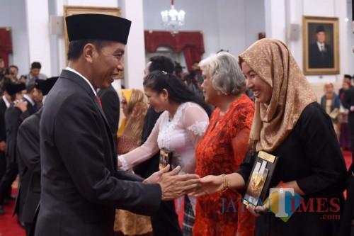 Presiden RI Joko Widodo ketika memberikan anugerah gelar pahlawan nasional.