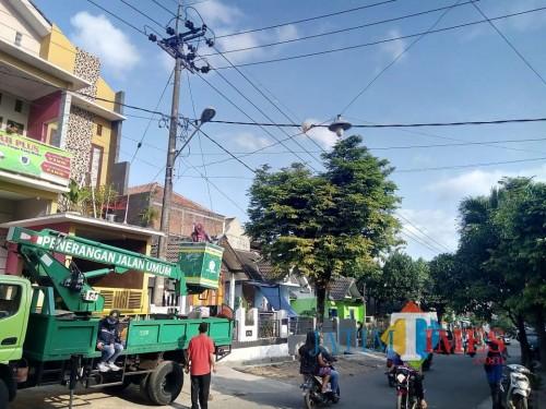 Bidang PJU, Disperkim Kota Malang saat melakukan penertiban PJU (Doc MalangTIMES)