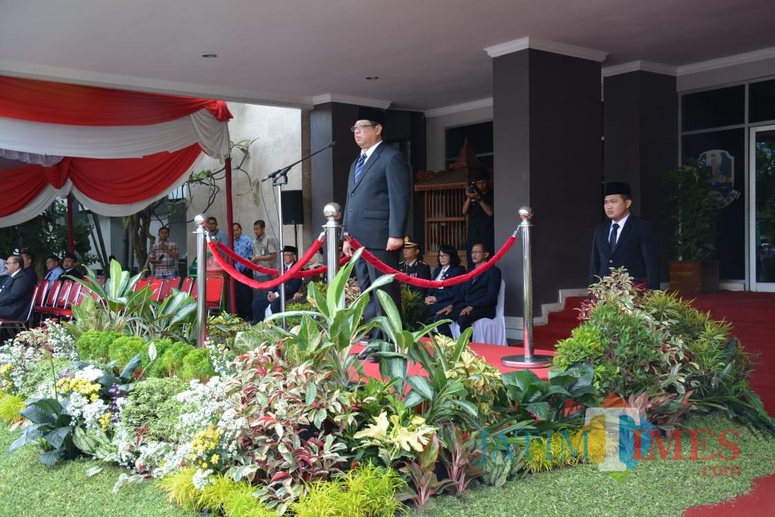 Bupati Tulungagung, Maryoto Birowo saat menjadi inspektur upacara di Hari Pahlawan (foto : Joko Pramono/Jatim Times)