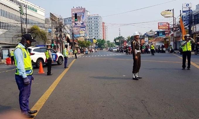 Polisi Militer, TNI, Polri dan Dishub, dan pengendara saat mengheningkan cipta 60 detikJl. Dewi Sartika, Jaktim,Minggu (10/11/2019). (Foto: ig@tmcpoldametro)