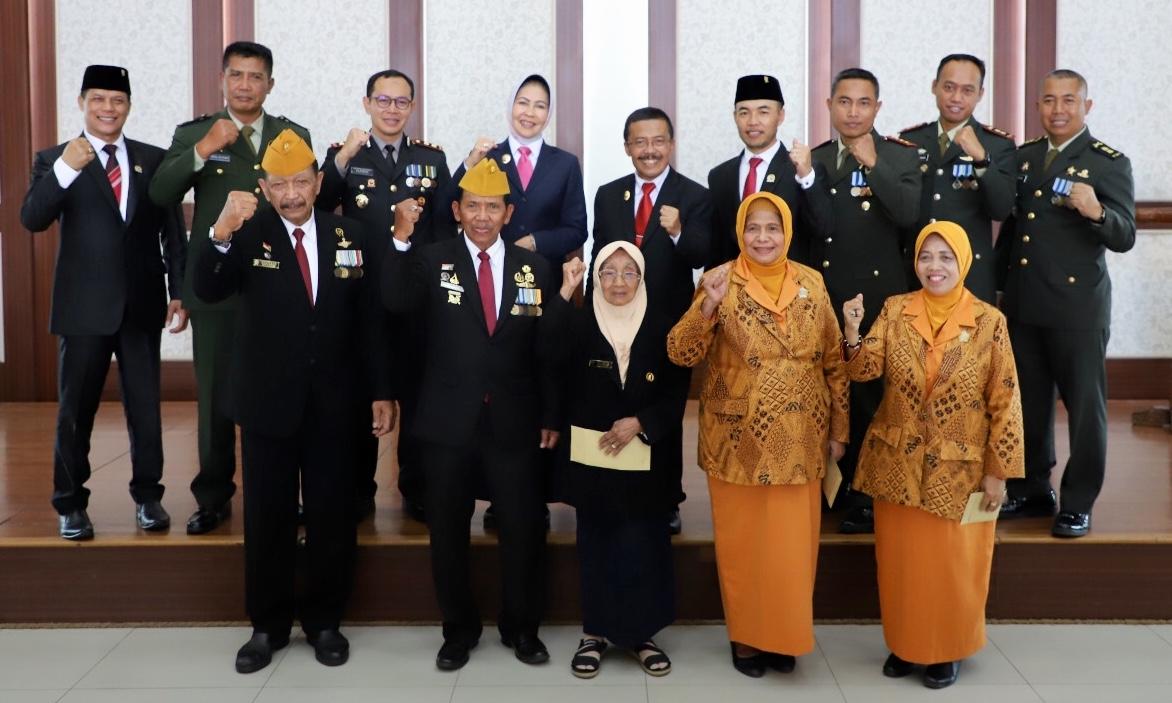 Wali Kota Batu Dewanti Rumpoko, Forkopimda, bersama veteran dan janda berfoto bersama di Balai Kota Among Tani, Minggu (10/11/2019).