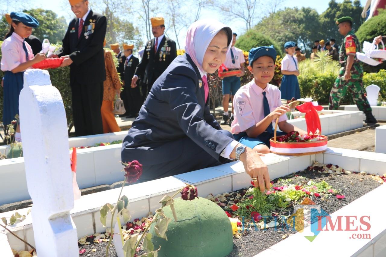 Wali Kota Batu Dewanti Rumpoko saat menaburkan bunga di TMP Kota Batu,Minggu (10/11/2019).